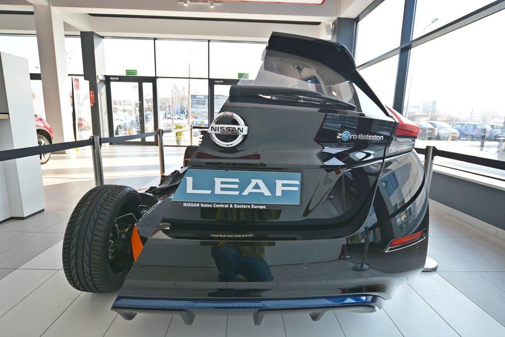 Przepołowiony Nissan Leaf